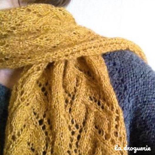 Tricoter une écharpe femme motif dentelle