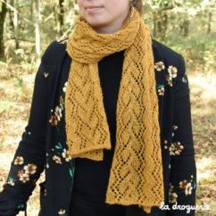 Apprendre à tricoter une écharpe au point ajouré avec ce patron La Droguerie