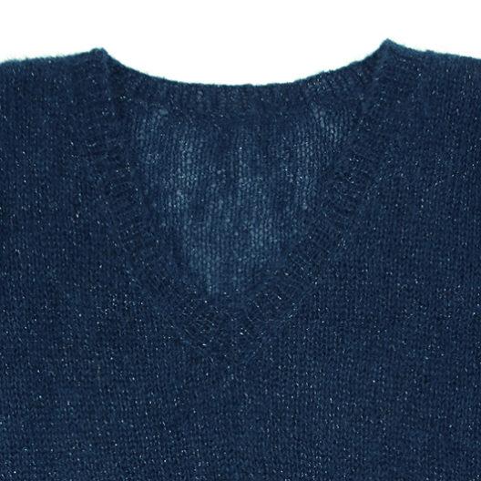 Le coll V du modèle à tricoter femme est facile à réaliser, un kit tricot débutant La Droguerie